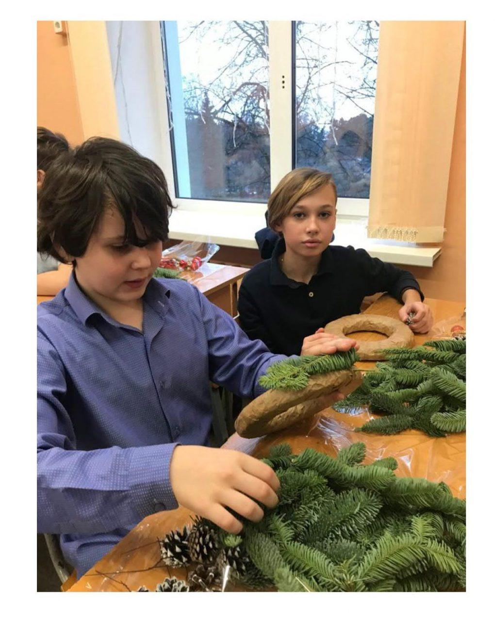 Накануне Новогодних праздников в школе прошел мастер-класс по изготовлению праздничного венка._2
