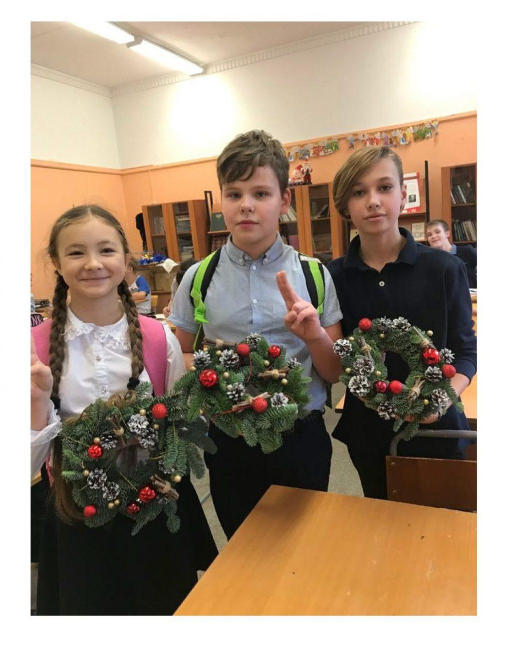 Накануне Новогодних праздников в школе прошел мастер-класс по изготовлению праздничного венка._3
